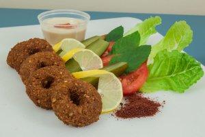 Δοκιμάστε τα απολαυστικά τραγανά falafels με λαχανικά και σως.