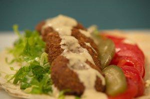 Τα falafels είναι τηγανισμένα σε καθαρό λάδι και συνδυάζονται με πολλές σως. Δοκιμάστε τα ανοιχτά ή τυλιγμένα σε αραβική πίτα, με τη σως που σας αρέσει!