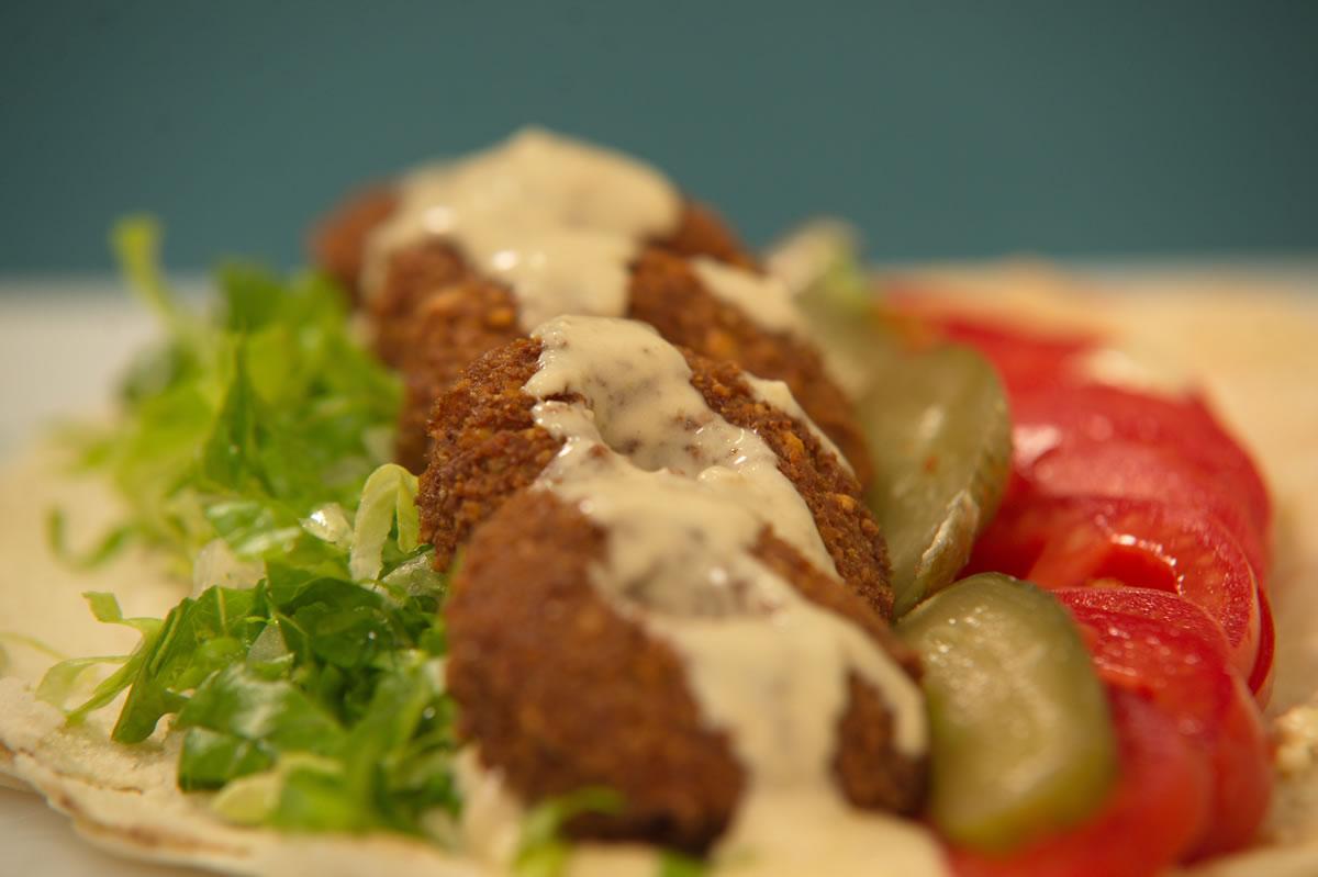 Τραγανά φαλάφελ σε αραβική πίτα